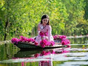 Обои для рабочего стола Азиатки Лодки Водяные лилии Сидящие Улыбается Работает девушка