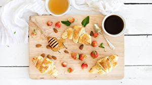 Фото Кофе Круассан Мед Клубника Разделочная доска Завтрак Чашка Ложка Еда