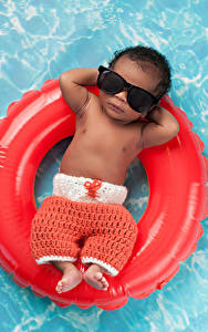 Картинка Плавательный бассейн Негр Грудной ребёнок Очки Релакс Дети