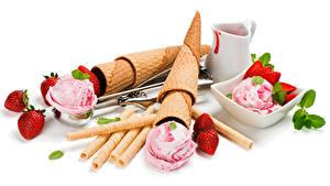 Обои Сладкая еда Мороженое Клубника Белом фоне Кувшины Шарики Вафельный рожок