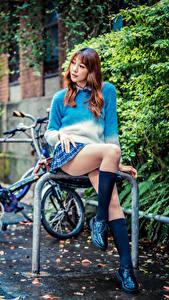 Фотографии Азиаты Сидящие Ног Гольфах Юбка Свитера девушка