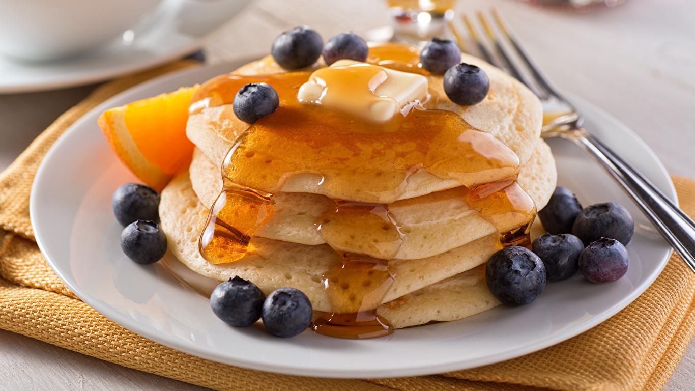 Картинка Мед Блины Черника Еда Тарелка 1366x768 Пища тарелке Продукты питания
