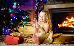 Фотографии Рождество Праздники Сладости Леденцы Девочки Улыбка Ребёнок