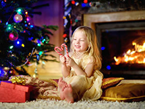 Фотографии Рождество Праздники Сладости Леденцы Девочки Улыбка Дети