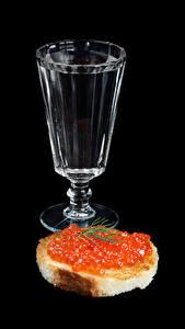 Обои Водка Бутерброды Икра Хлеб На черном фоне Рюмка Пища