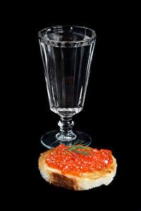 Обои Водка Бутерброды Икра Хлеб На черном фоне Рюмка