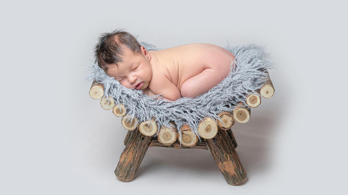 Обои для рабочего стола младенца ребёнок спят Серый фон 1366x768 Младенцы младенец грудной ребёнок Дети сон Спит спящий сером фоне