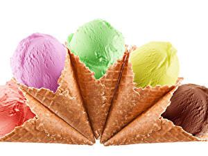 Картинки Сладкая еда Мороженое Белым фоном Разноцветные Вафельный рожок Еда