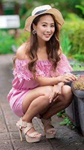 Фотография Азиатки Шляпы Шатенки Улыбается Сидящие Смотрит Боке девушка