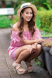 Фотография Азиатки Шляпы Шатенки Улыбается Сидящие Смотрит Боке