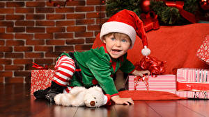 Картинка Рождество Стена Мальчики Шапки Униформа Подарки Взгляд Дети