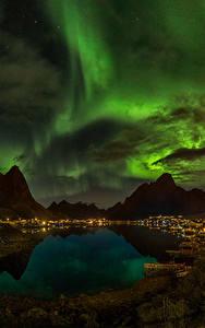 Фотографии Норвегия Горы Озеро Небо Ночь Облака Северное сияние Reine Природа