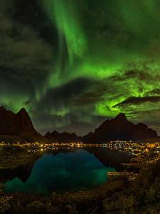 Фотографии Норвегия Горы Озеро Небо Ночь Облака Северное сияние Reine