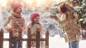 Картинки Зима Три Девочки Мальчик Снегу В шапке Радость Дети