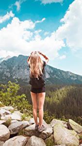 Фотографии Камни Небо Тропа Блондинки Ноги Вид сзади девушка Природа
