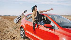 Фотографии Блондинка Шляпа Гитара Руки Счастье Девушки
