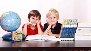 Фотографии Школа Глобус Мальчики Книга Двое Сидящие Улыбка Ребёнок