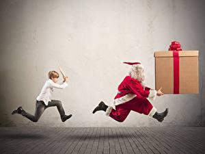 Картинки Новый год Дед Мороз Забавные Униформа Подарки Мальчики Бег