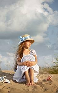 Картинка Девочка Сидящие Шляпы Песка Платья Dmitry Usanin ребёнок