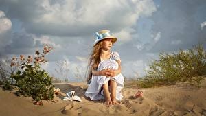 Картинка Девочка Сидящие Шляпы Песка Платья Dmitry Usanin Дети