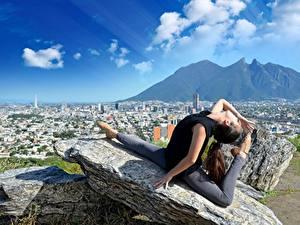 Фотография Гора Камень Гимнастика Облачно Шатенки Растяжка упражнение Ног Шпагате девушка Города