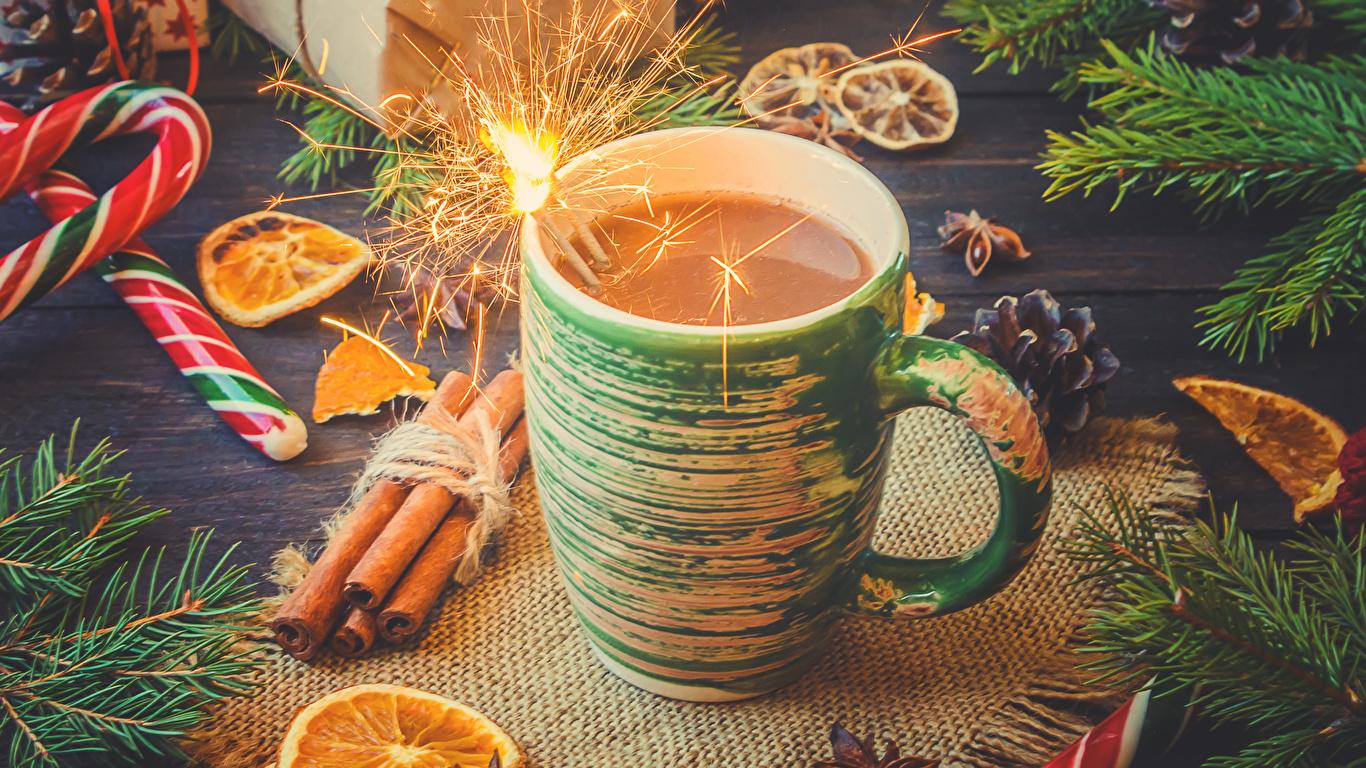 Фотография Новый год Бенгальские огни Какао напиток Корица Пища чашке Сладости 1366x768 Рождество Горячий шоколад Еда Чашка Продукты питания