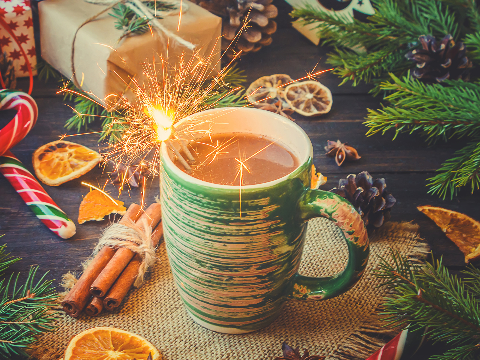 Фотография Новый год Бенгальские огни Какао напиток Корица Пища чашке Сладости 1600x1200 Рождество Горячий шоколад Еда Чашка Продукты питания