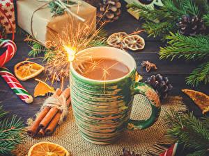 Фотография Новый год Какао напиток Корица Сладости Чашка Бенгальские огни