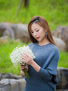 Фотографии Букет Ландыши Азиатки Боке Рука Шатенки девушка Цветы