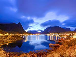 Картинка Норвегия Лофотенские острова Вечер Здания Осенние Горы Пирсы Залив Reine Города Природа