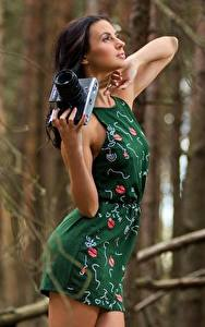 Картинка Фотокамера Боке Брюнеток Руки Платье Поза Девушки