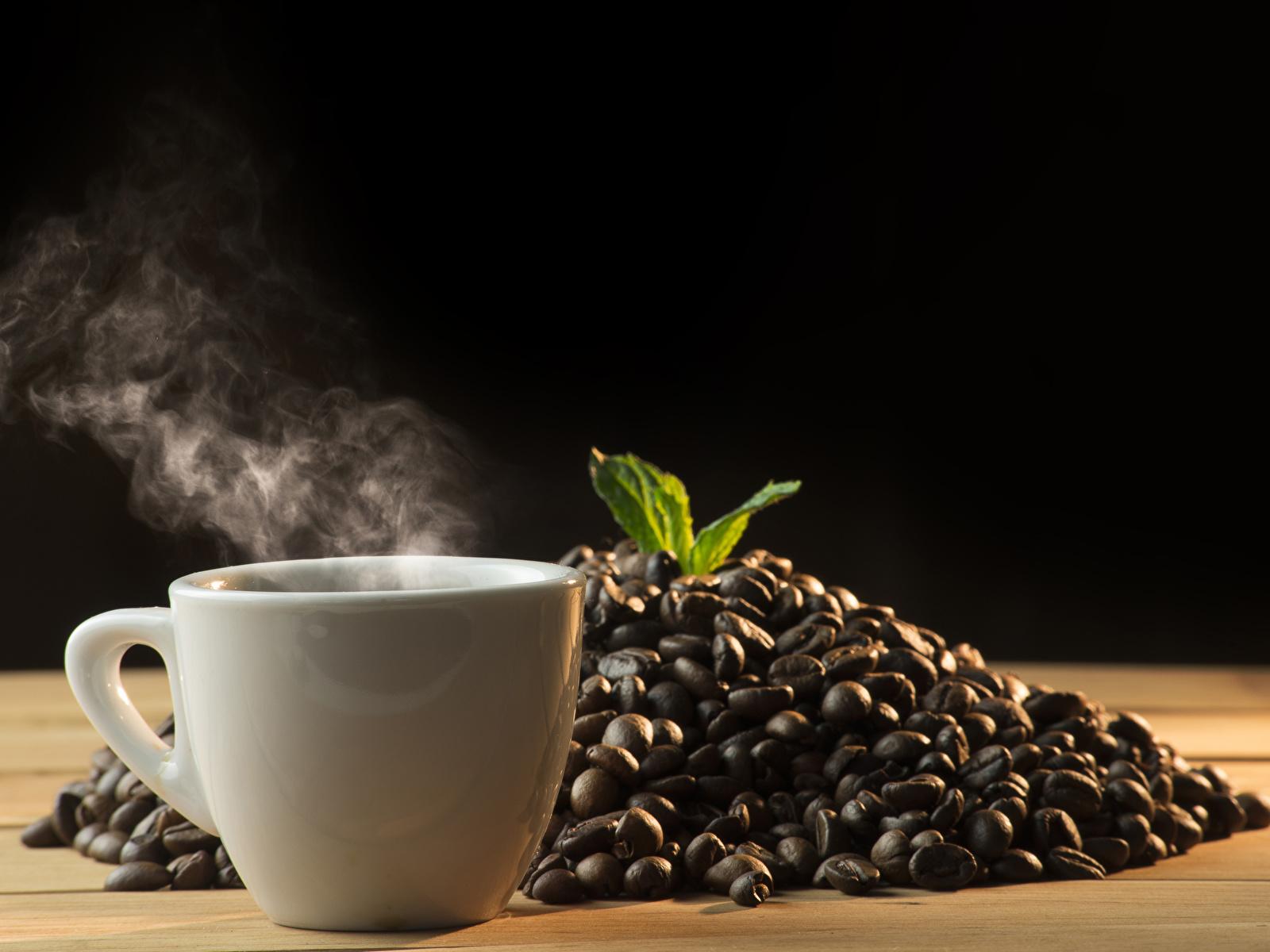 Картинки Кофе зерно пары Чашка Продукты питания на черном фоне 1600x1200 Зерна Еда Пар Пища паром чашке Черный фон