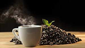 Картинки Кофе Черный фон Чашка Пар Зерна Пища