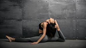 Картинки Фитнес Стенка Брюнетка Физические упражнения Ноги Девушки Спорт