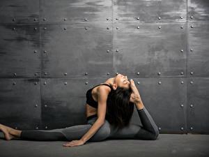 Картинки Фитнес Стенка Брюнетки Тренируется Ноги молодые женщины Спорт