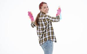 Фотография Белом фоне Шатенки Смотрит Улыбается Рука Перчатках Рубашке Джинсов Уборщица девушка
