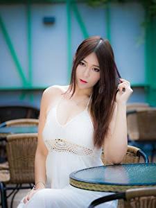 Картинки Азиаты Шатенки Смотрит Боке Сидит Руки Платья молодая женщина