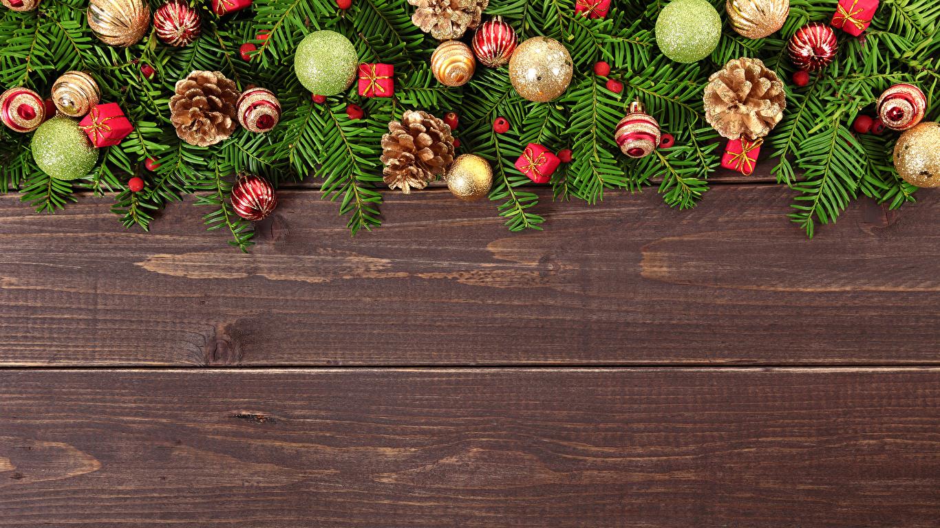 Картинка Рождество Шар шишка Доски 1366x768 Новый год Шишки Шарики