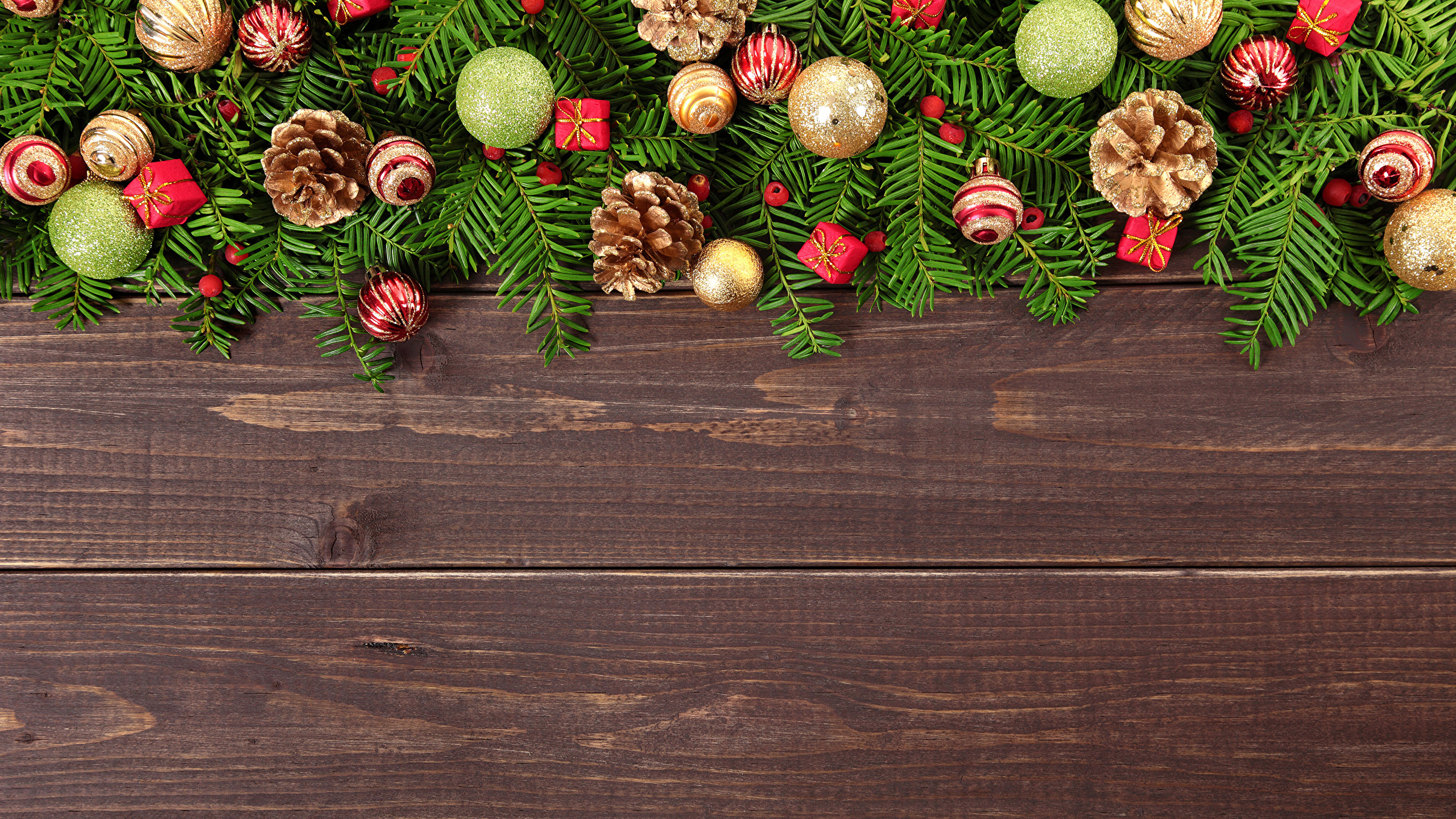 Картинка Рождество Шар шишка Доски 2560x1440 Новый год Шишки Шарики