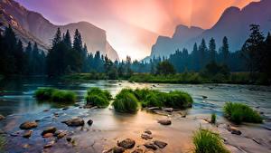 Картинка Штаты Парки Камень Рассветы и закаты Речка Леса Горы Пейзаж Йосемити Калифорния Трава