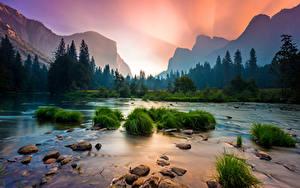 Картинка Штаты Парки Камень Рассветы и закаты Речка Леса Горы Пейзаж Йосемити Калифорния Трава Природа