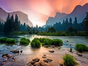 Картинка Штаты Парки Камень Рассветы и закаты Реки Леса Горы Пейзаж Йосемити Калифорнии Траве