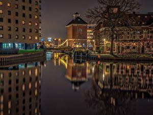 Картинка Нидерланды Дома Реки Мосты Ночь Уличные фонари Groningen Города