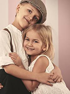 Фотография Любовь Девочки Мальчики Улыбка Объятие Двое Дети