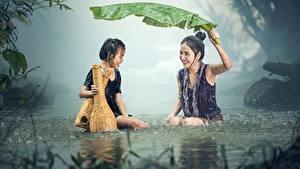 Фотография Азиаты Дождь Девочки Сидит Двое Листья Мокрые Смех Дети