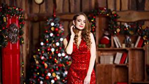 Фотографии Рождество Шатенка Платья Новогодняя ёлка Девушки