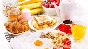 Фотографии Кофе Круассан Сок Хлеб Бананы Завтрак Яичница Тарелка Чашка Стакане Пища