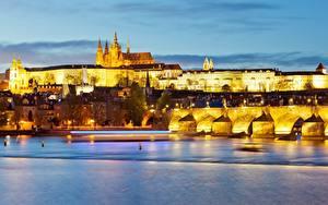 Картинка Вечер Прага Чехия Замки Река Мосты Город Prague Castle, Vltava Города