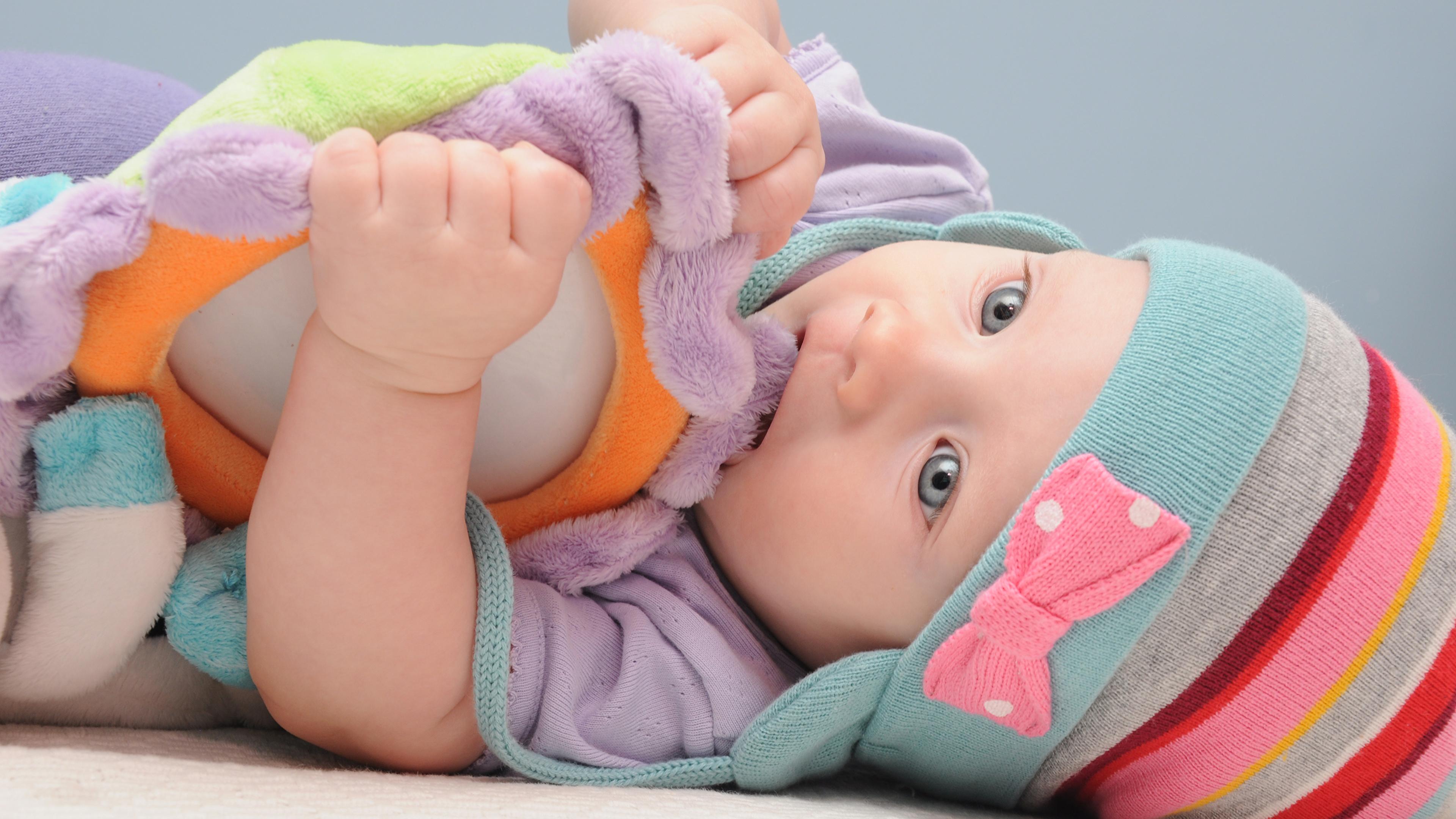 Обои младенец Ребёнок в шапке Игрушки 3840x2160 младенца Младенцы грудной ребёнок Дети Шапки шапка
