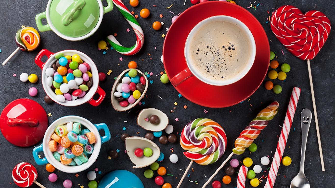 Обои для рабочего стола Кофе Конфеты Леденцы Еда Чашка сладкая еда 1366x768 Пища чашке Продукты питания Сладости